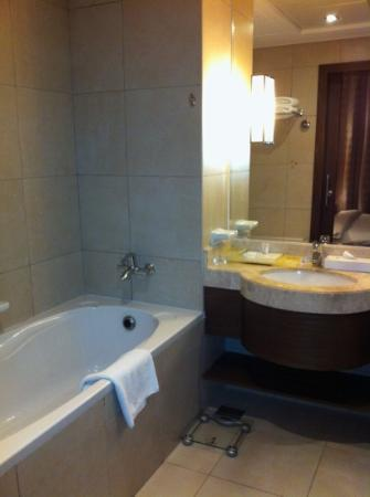 Oaks Liwa Executive Suites: bathroom , also has separate shower
