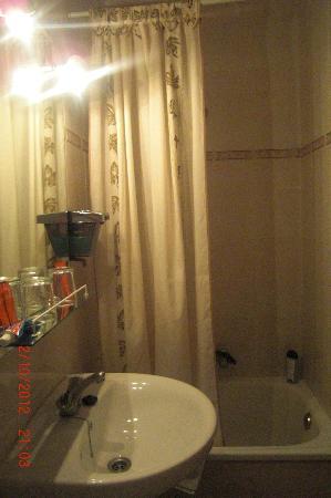 Hostal Zamora : salle de bain chambre n°3