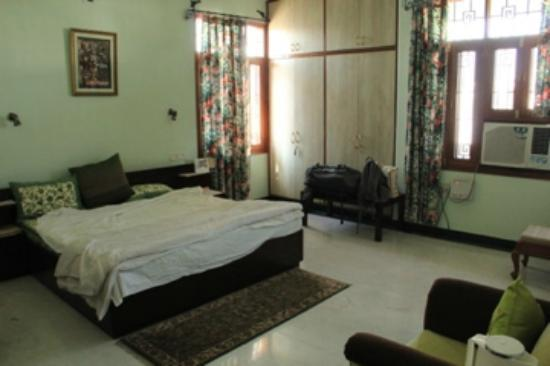 Jaipur Friendly Villa: Our huge room