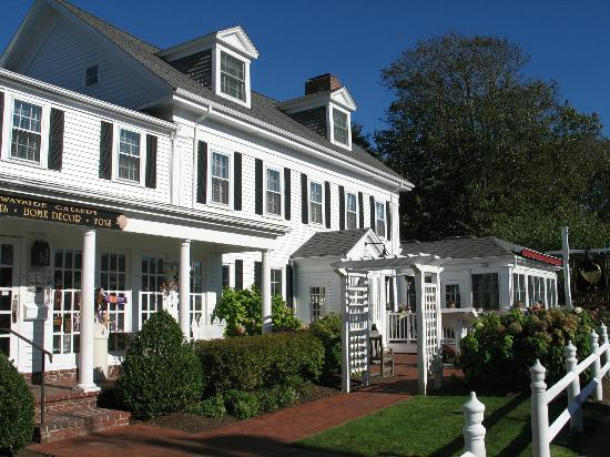 The Chatham Wayside Inn: Inn in the centre of the town