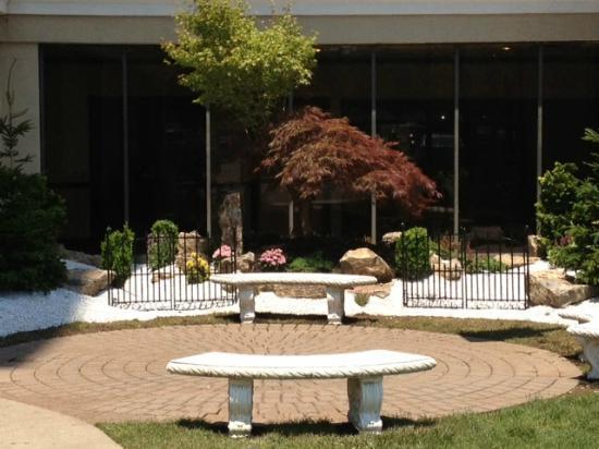 Ramada Plaza Newark Liberty International Airport: New Garden Area