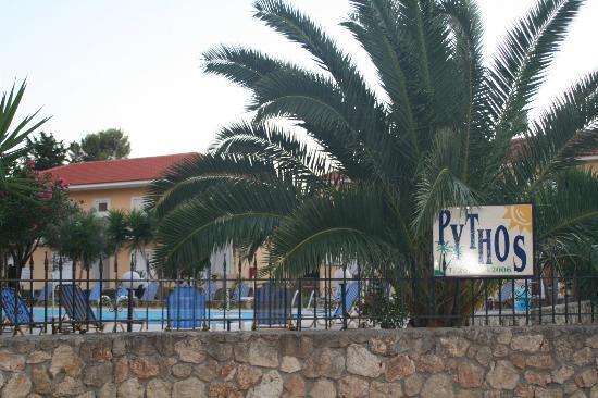 Pythos Studios & Apartment Hotel: Entrada y vista de los estudios