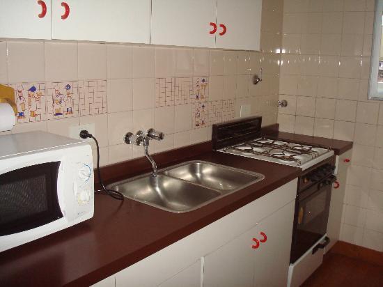 Aspen Suites Hotel: cosinha/com geladeira/microondas/pia/armários/copos/talheres/pratos