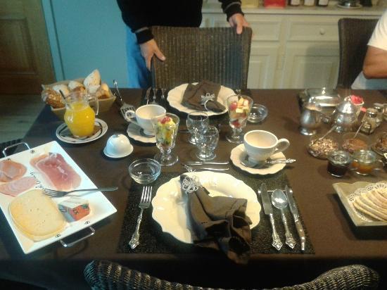 De Doeninghe Bed & Breakfast: Our beautiful breakfast table!