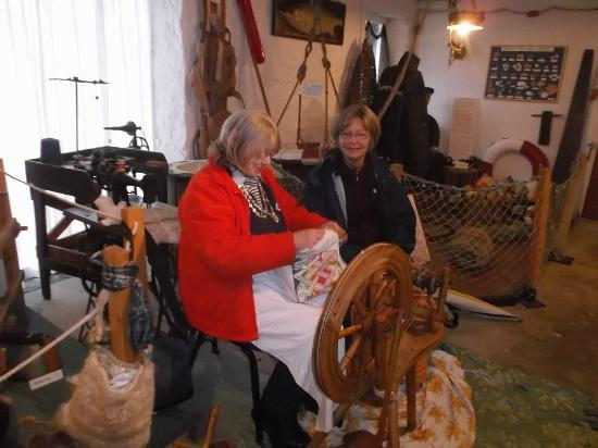 Gairloch Heritage Museum: Margaret the spinner with Sue