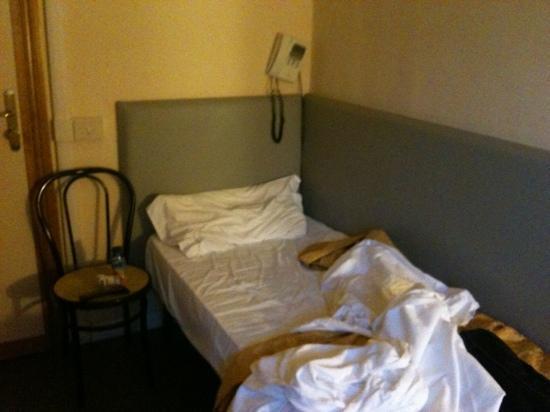 Antico Casale: il letto singolo e telefono appeso