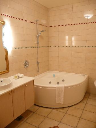 Hotel Ranga: Bathroom with jacuzzi bath