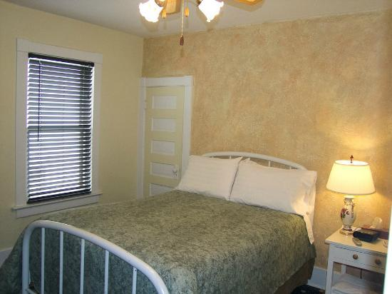 11th Street Lodging B&B: Mid Size Room - Full bed - Shared Bath