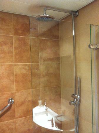 AC Hotel Carlton Madrid: Shower