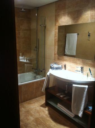 AC Hotel Carlton Madrid: Bathroom