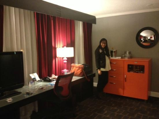 Kimpton Rouge Hotel: view of desk and minibar