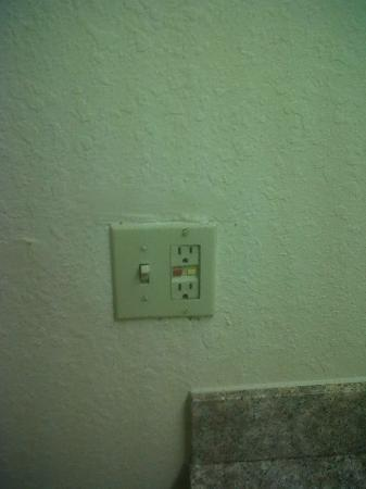 Richmond Airport Hotel : Light switch and Outlet