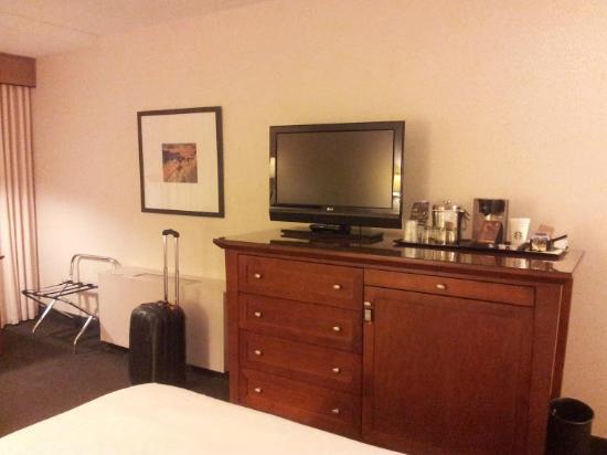 Sheraton Cavalier Saskatoon Hotel: Dresser and TV