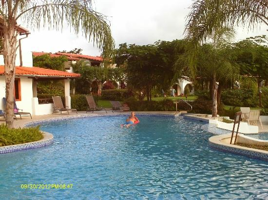 Sugar Cane Club Hotel & Spa: The lone swimmer