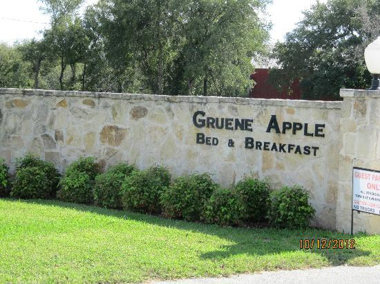 Gruene River Hotel & Retreat: Gruene Apple Entrance Monument
