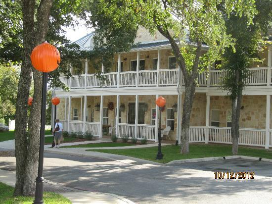 Gruene River Hotel & Retreat: View of the Gruene Apple Entrance with Balconies