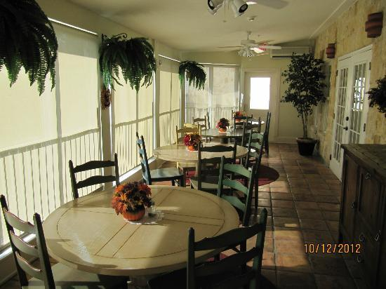 Gruene River Hotel & Retreat: Patio Breakfast Room
