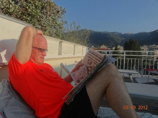 هوتل بلازا: taking it easy on roof 