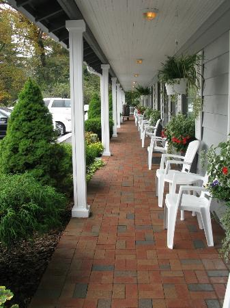 Azalea Garden Inn: Outside of rooms