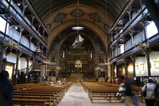 Saint-Jean-de-Luz, France : El altar, las galerias y el barco