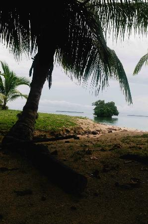 Popa Paradise Beach Resort: The beach.