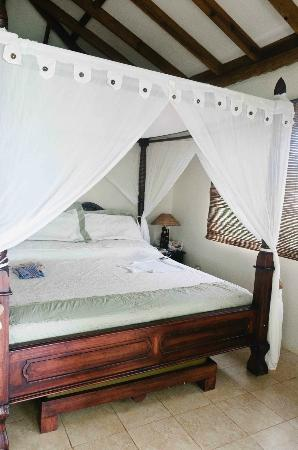 Popa Paradise Beach Resort: This bed was heavenly.