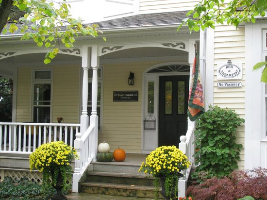 Two Bees Bed & Breakfast: Front Porch Welcomes Guests - Gardens are Impeccable!