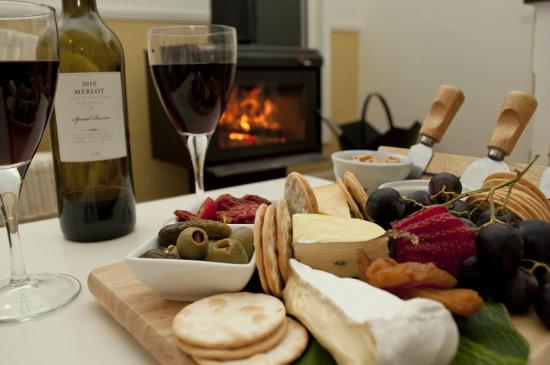 Amytis Gardens Retreat & Spa: Cheese platter & wine