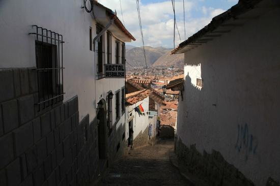 Hostal Resbalosa: Hotel entrance (left), center of Cuzco straight down.