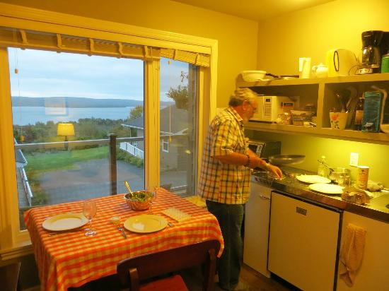 McIntyre's Cottages & Cameron House : Kitchen area, notice view of Bras D'Or Lake (balcony sitting area as well)