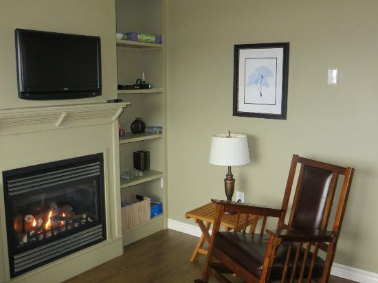 McIntyre's Cottages & Cameron House : living room area with fireplace and flat screen TV