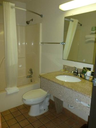 Super 8 Waco University Area: Bathroom
