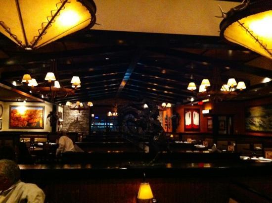 LongHorn Steakhouse: cozy lighting