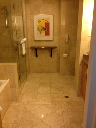 Duxton Hotel: Club King room - River view - luxurious bathroom