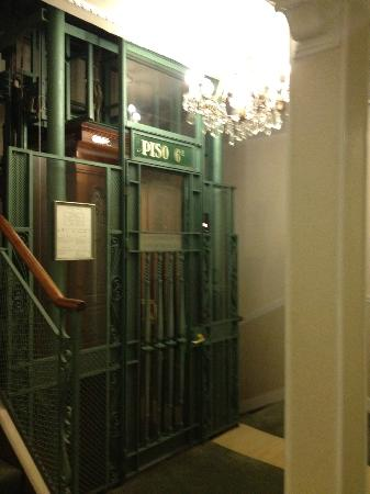 Hotel Niza: Antique elevator - it works!