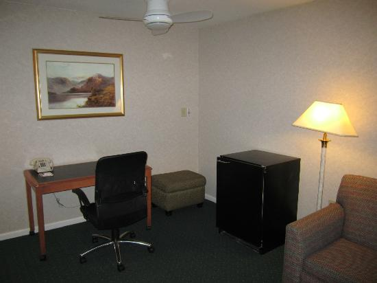 Quality Suites: Lounge / Kitchenette and second fridge