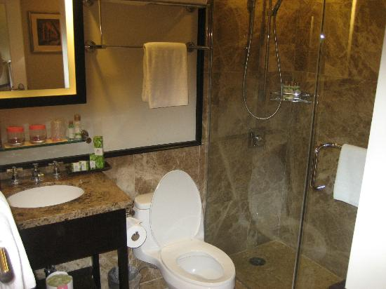The Royal Hawaiian, a Luxury Collection Resort: Bathroom (very small)
