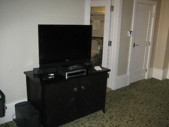 The Royal Hawaiian, A Luxury Collection Resort: Entertainment center (TV + Bose system)
