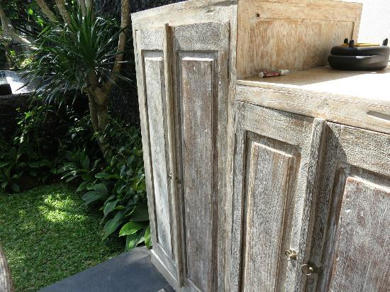 كاجاني موا: Outdoor mini bar and storage area where I kept my bug spray 