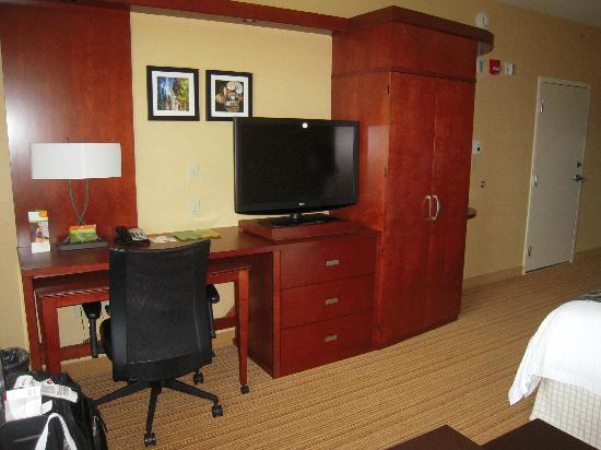 Courtyard by Marriott Maui Kahului Airport: Comfortable and spacious room