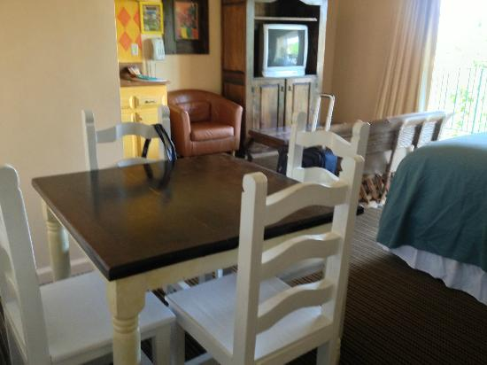 Hotel Pepper Tree : Table & Chairs in King Suite