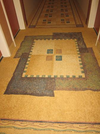 Hampton Inn & Suites Greeley: Nice hallway rugs