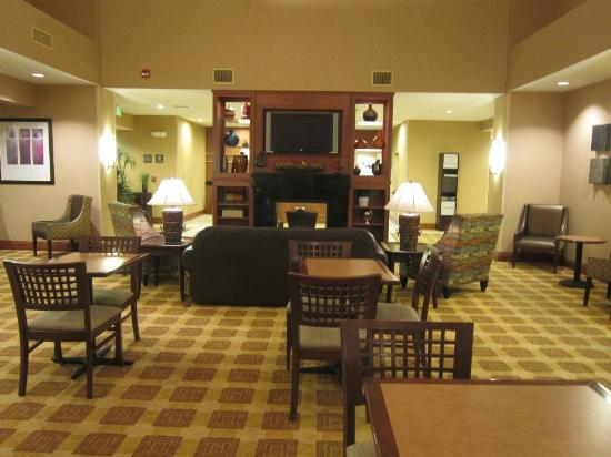 Hampton Inn & Suites Greeley: Very nice lobby