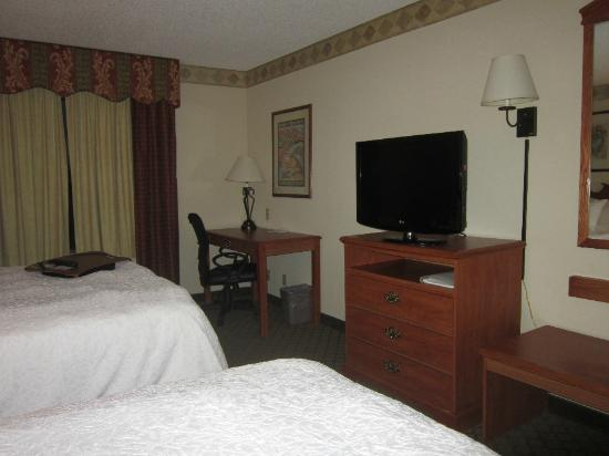 Hampton Inn & Suites Scottsbluff Conference Center: Room...TV and desk area