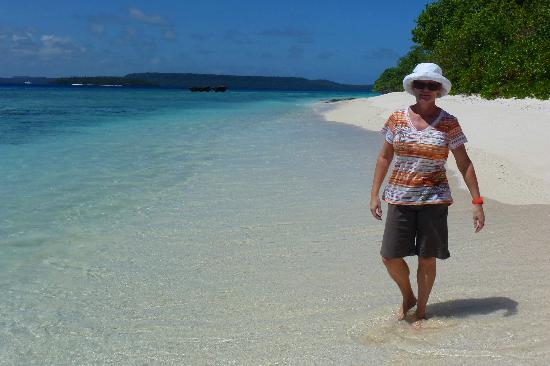 Mounu Island Resort: The Beach in front of the Main Fale