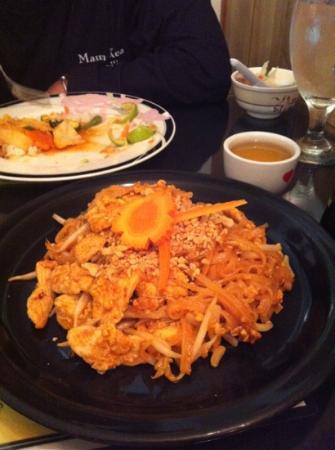 Sombat's Fresh Thai Cuisine: chicken pad Thai