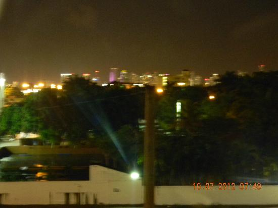 BEST WESTERN PREMIER Miami International Airport Hotel & Suites: View of city from my window with no tripod.