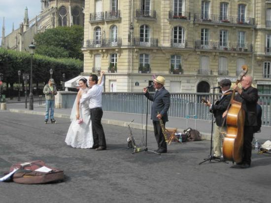 Île Saint-Louis : Street Performes and Newlyweds