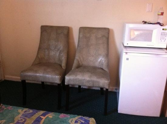 Morro Bay Sandpiper Inn: chairs & refrigerator