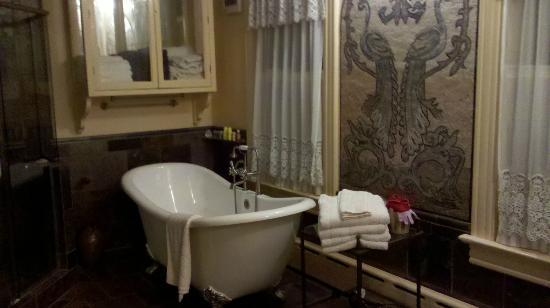 Etta Mae Inn Bed and Breakfast: bathroom in the Phoenix